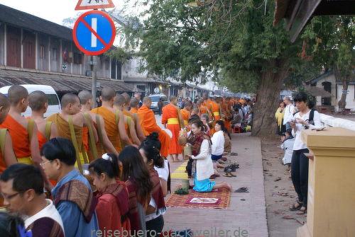 Mönchsspeisung laos